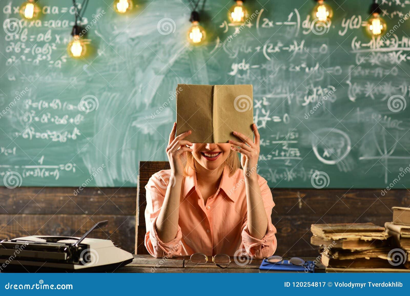 Lära för engelskt språk med ordlistaboken engelsk kurs på skolan med kvinnan