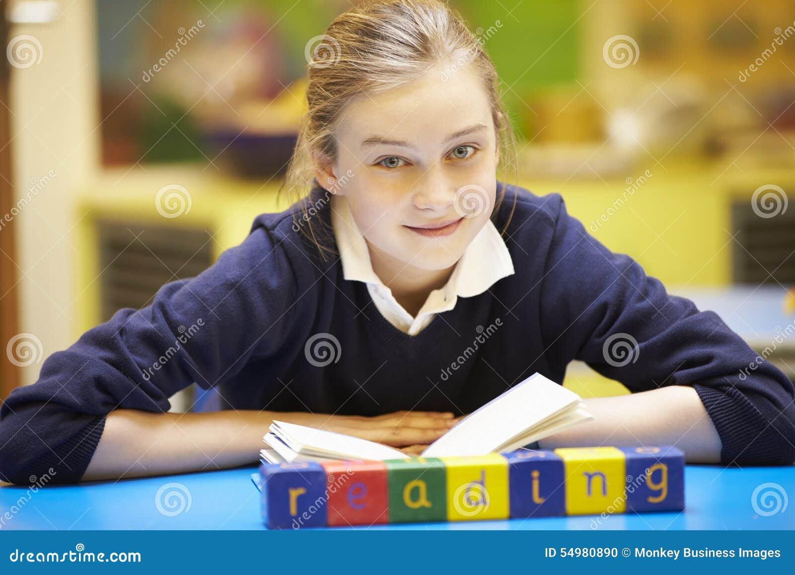 Lära för ord som stavas i träkvarter med eleven bakom