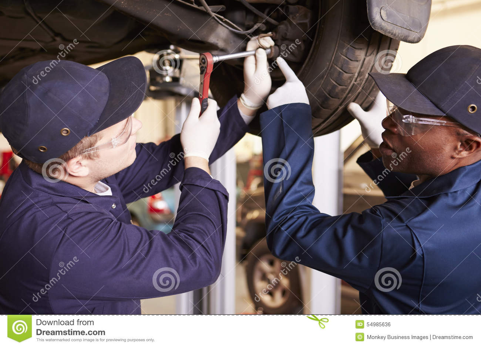 Lärare Helping Student Training som är bilmekaniker
