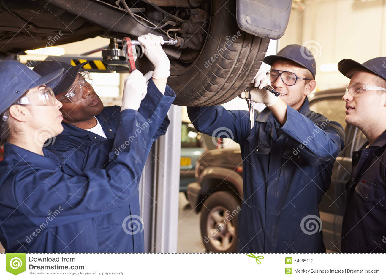 Lärare Helping Students Training som är bilmekaniker