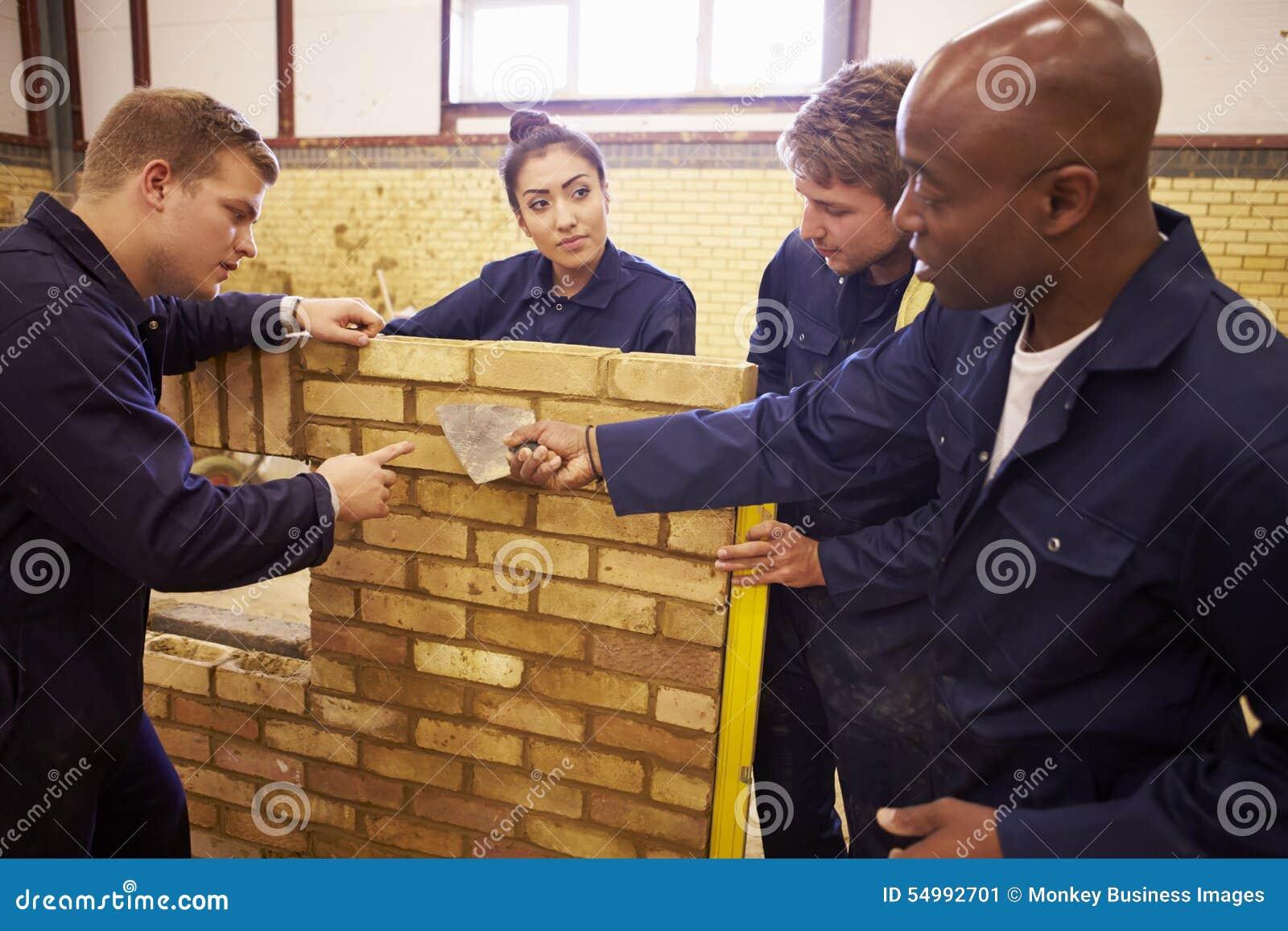 Lärare Helping Students Training som är byggmästare
