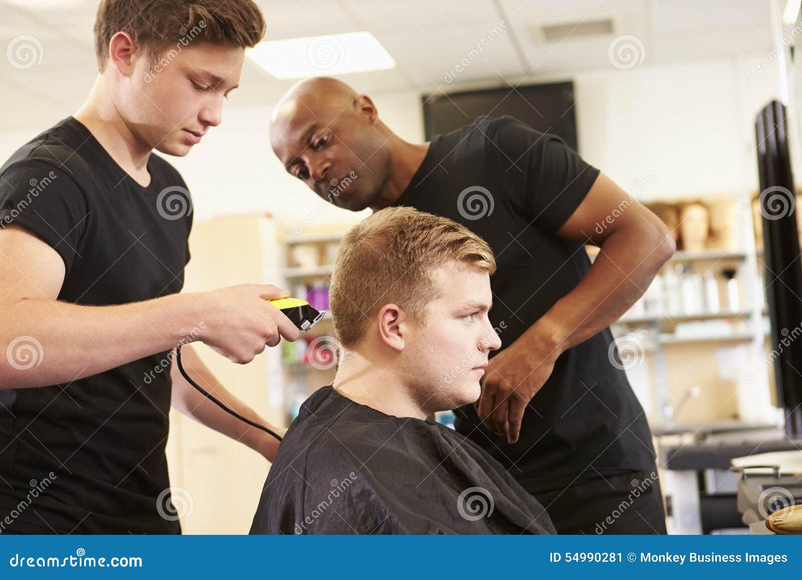 Lärare Helping Students Training som blir frisörer