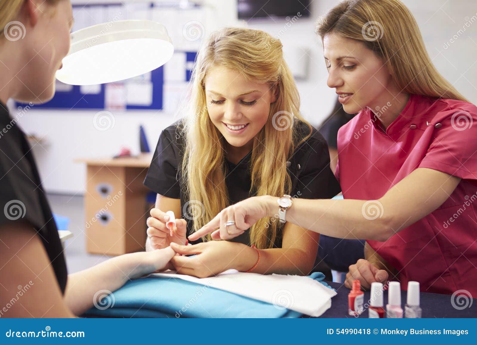 Lärare Helping Students Training som blir kosmetologer
