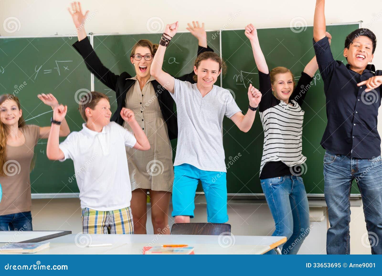 Lärare som motiverar studenter i skolagrupp