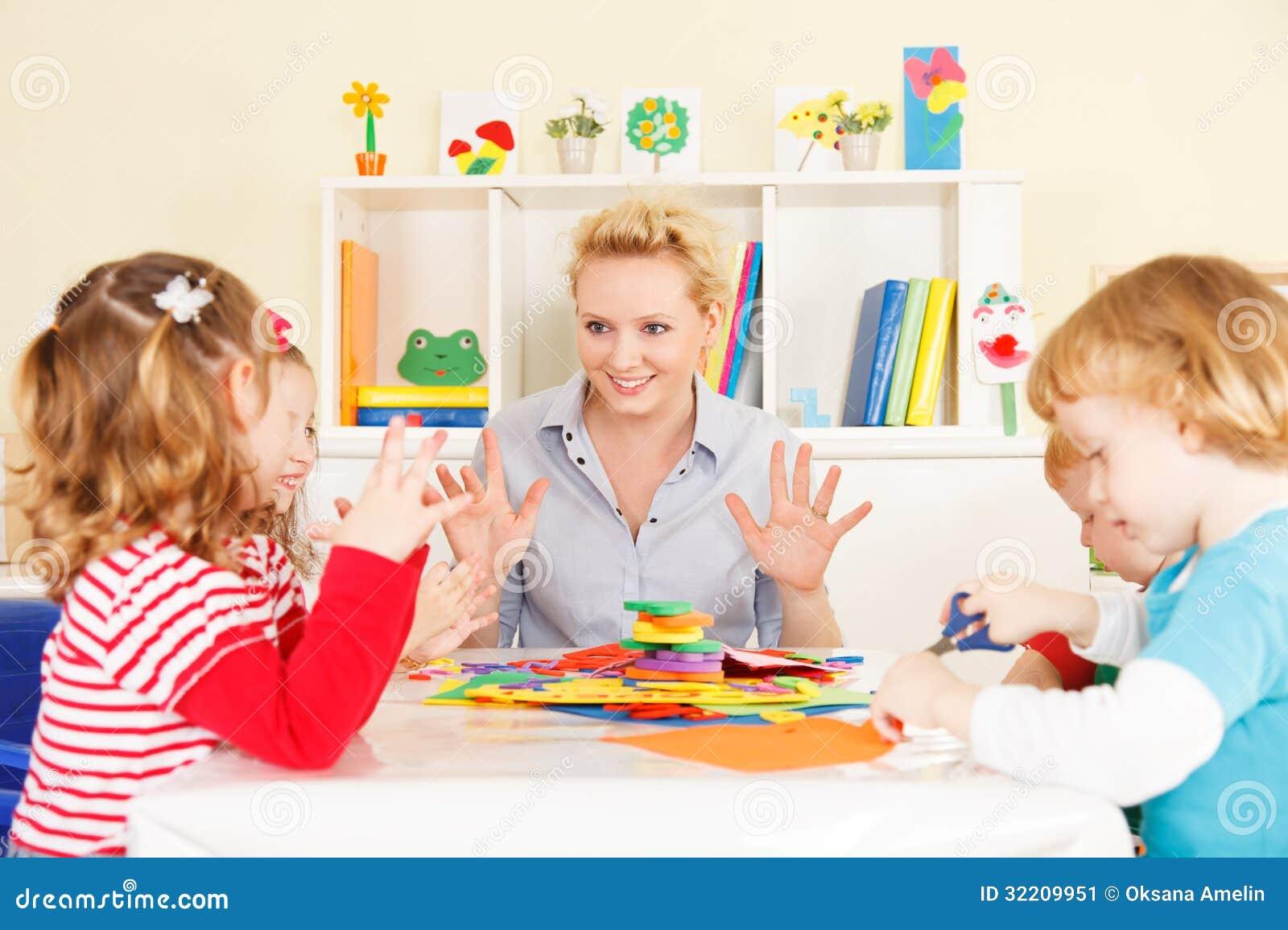 Lärare som talar med barn.