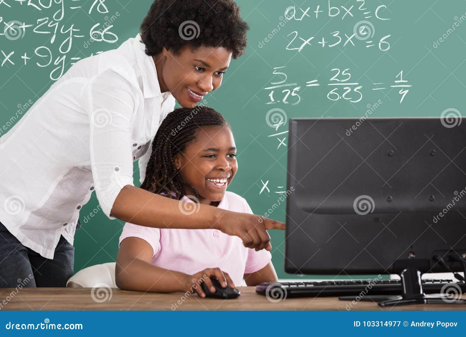 Lärare Teaching Her Student i grupp