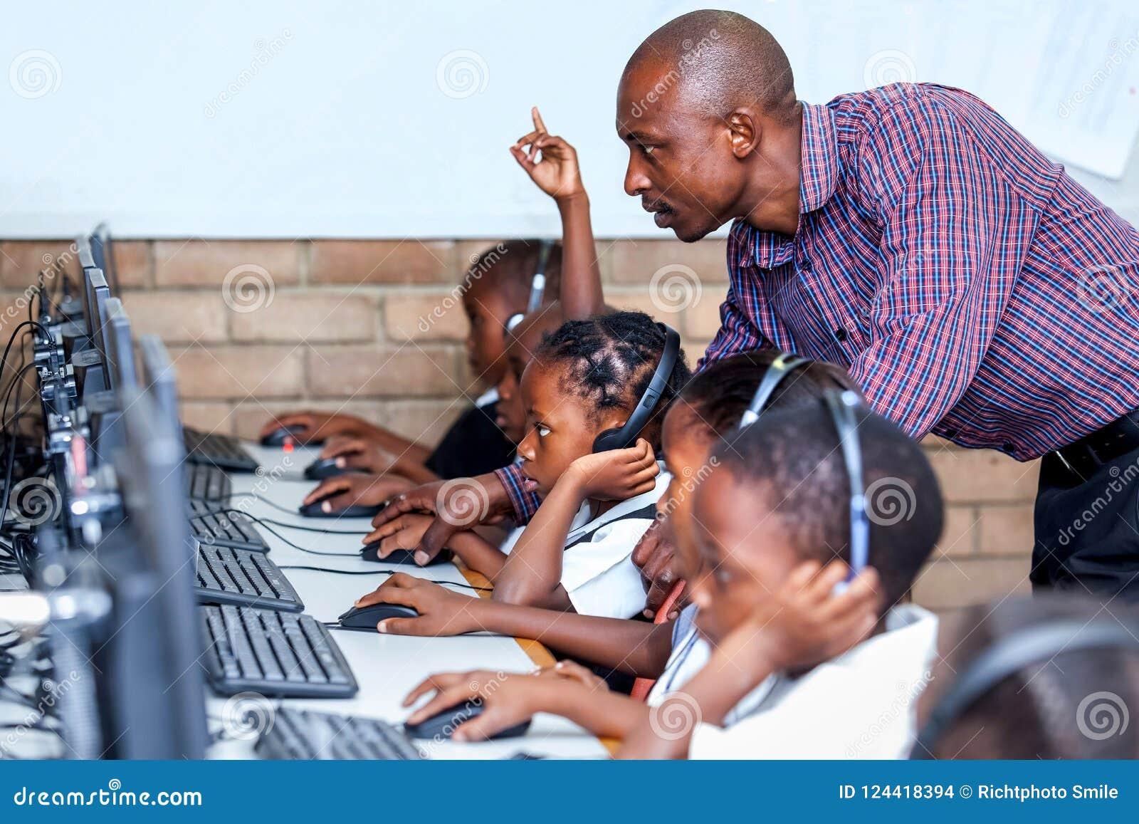 Läraren i klassrumvisning lurar datorexpertis