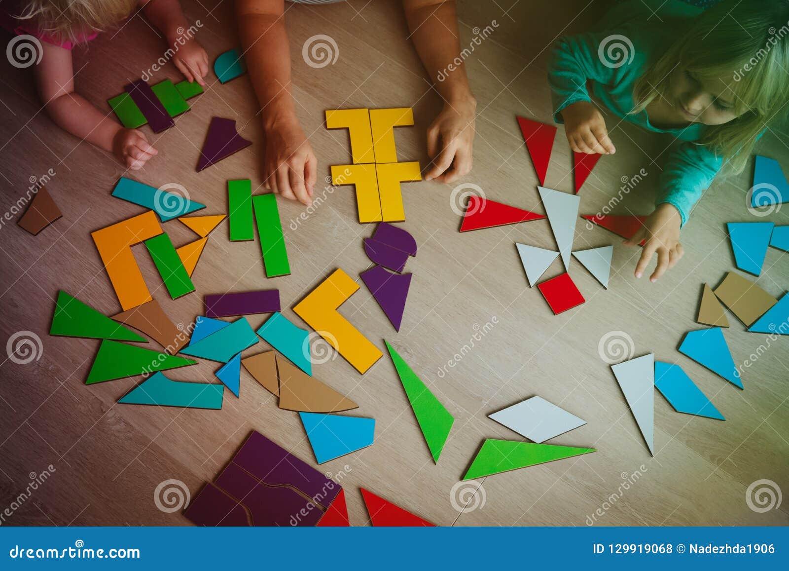 Läraren och ungar spelar med pusslet, lär matematik