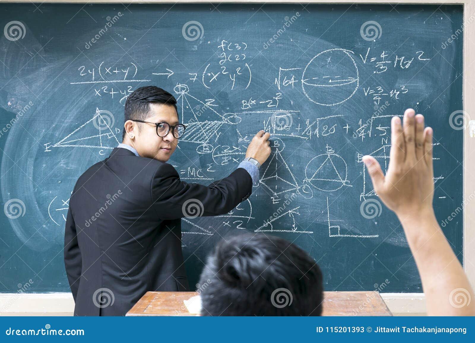 Läraren undervisar matematik