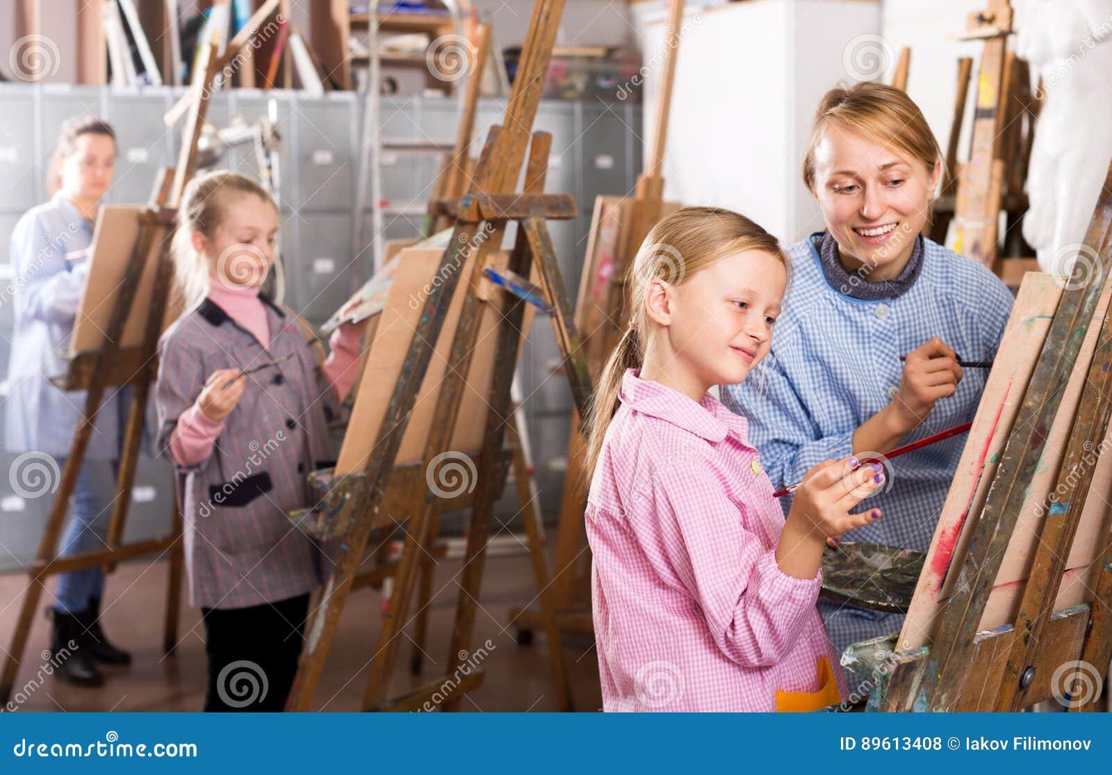 Lärarinnaportionflicka under målninggrupp