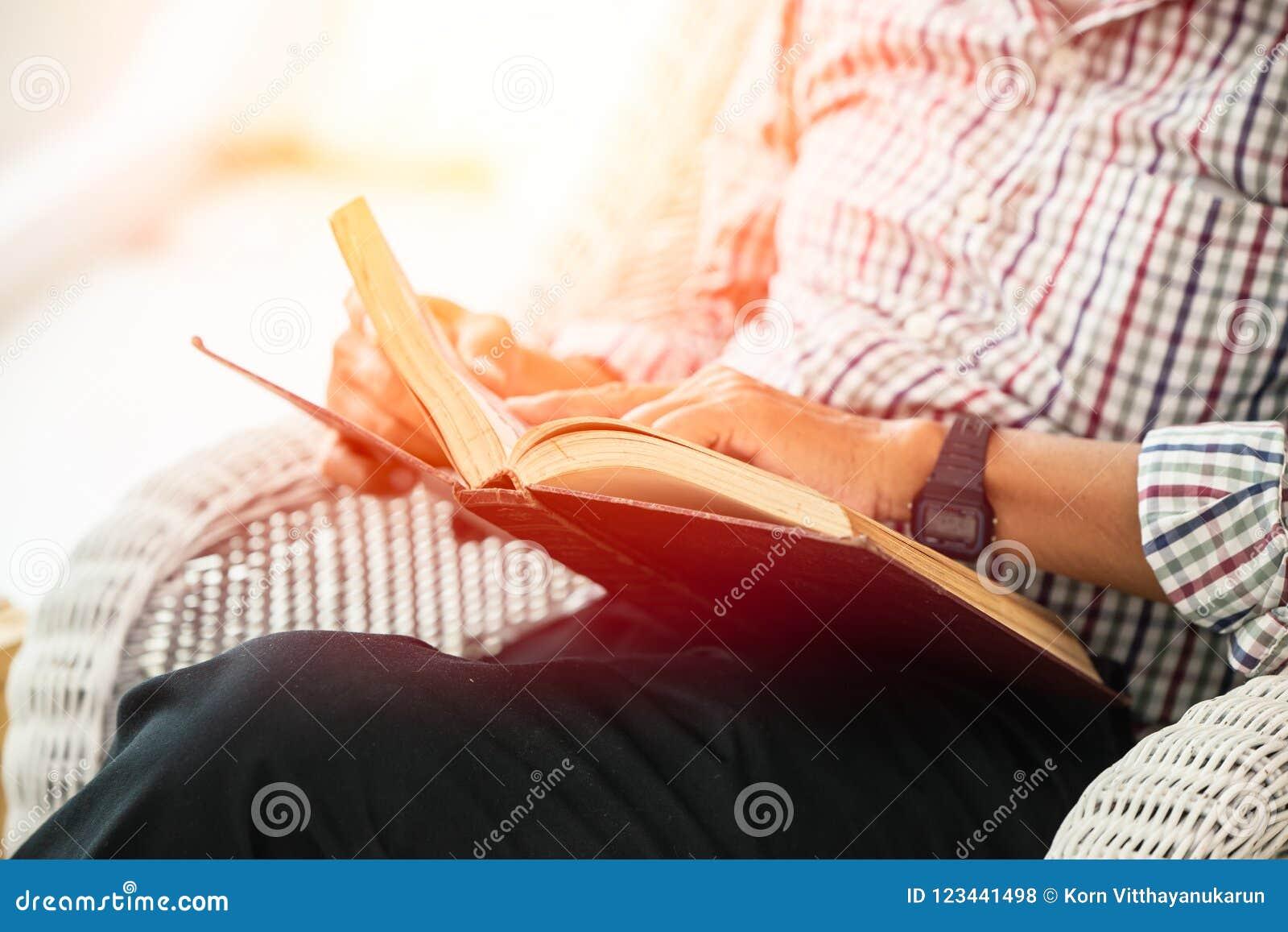 Lärobok för äldre man för Closeup läs- för självutbildning