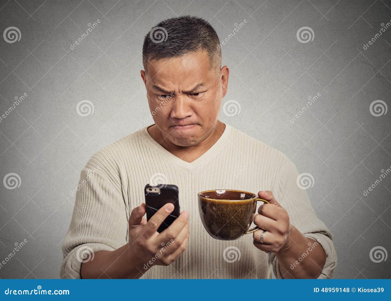 Läs- dåliga nyhetersms för bekymrad ilsken frustrerad man på smartphonen