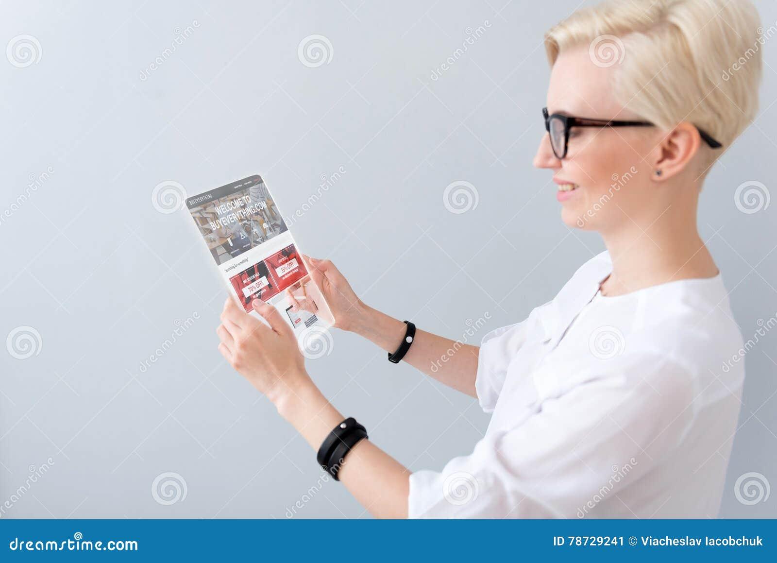 Läs- nyheterna för positiv kvinna