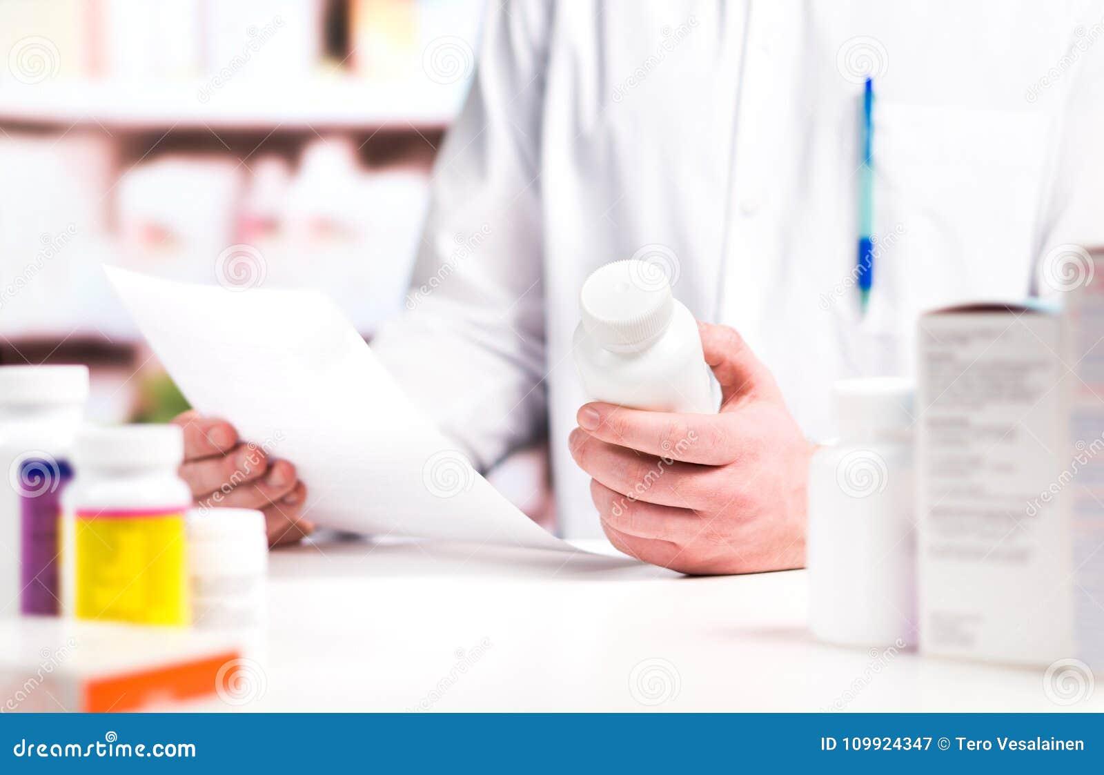 Läs- recept för apotekare med medicin- och preventivpillerflaskan