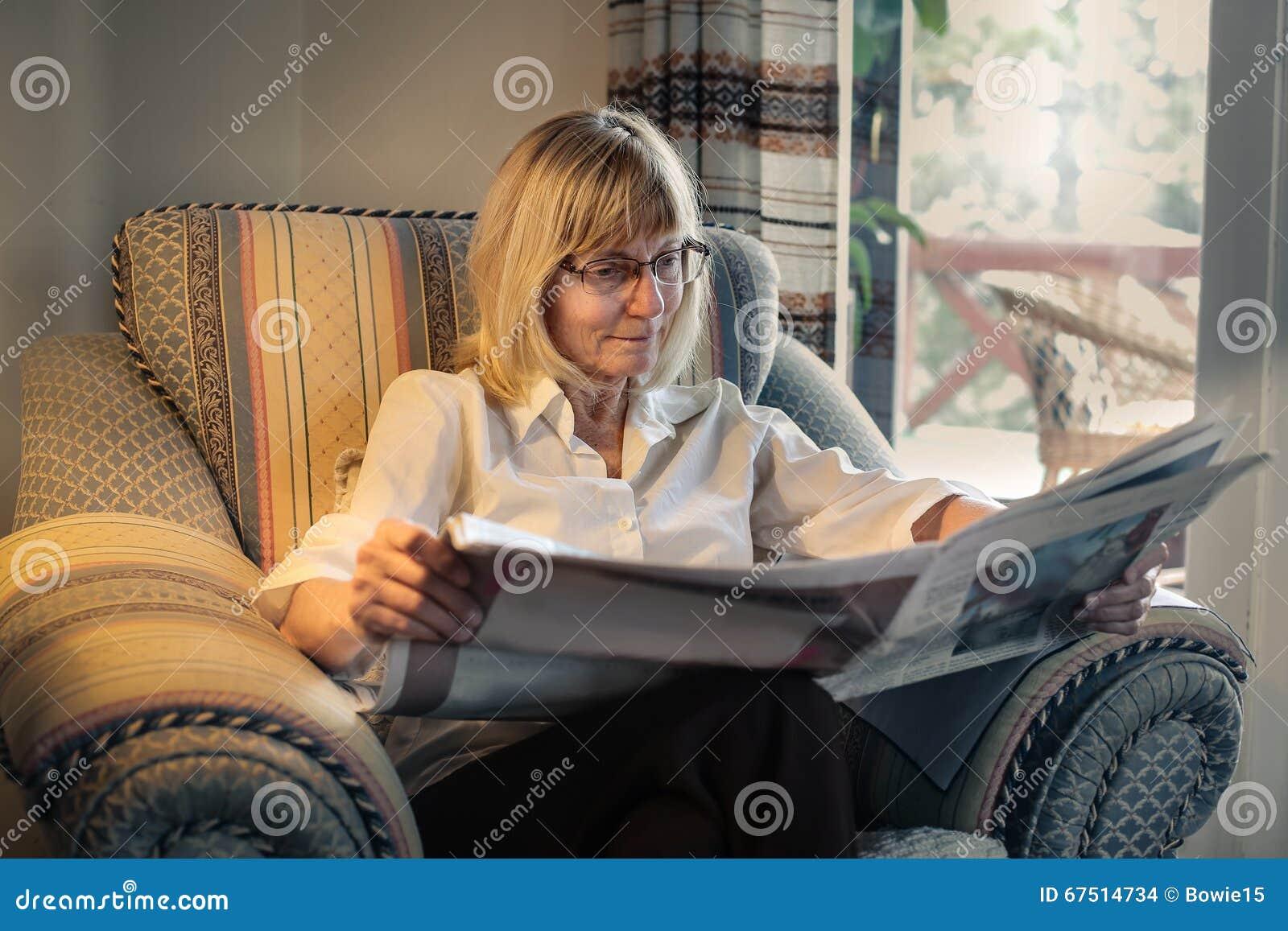 Läs- tidning för kvinna