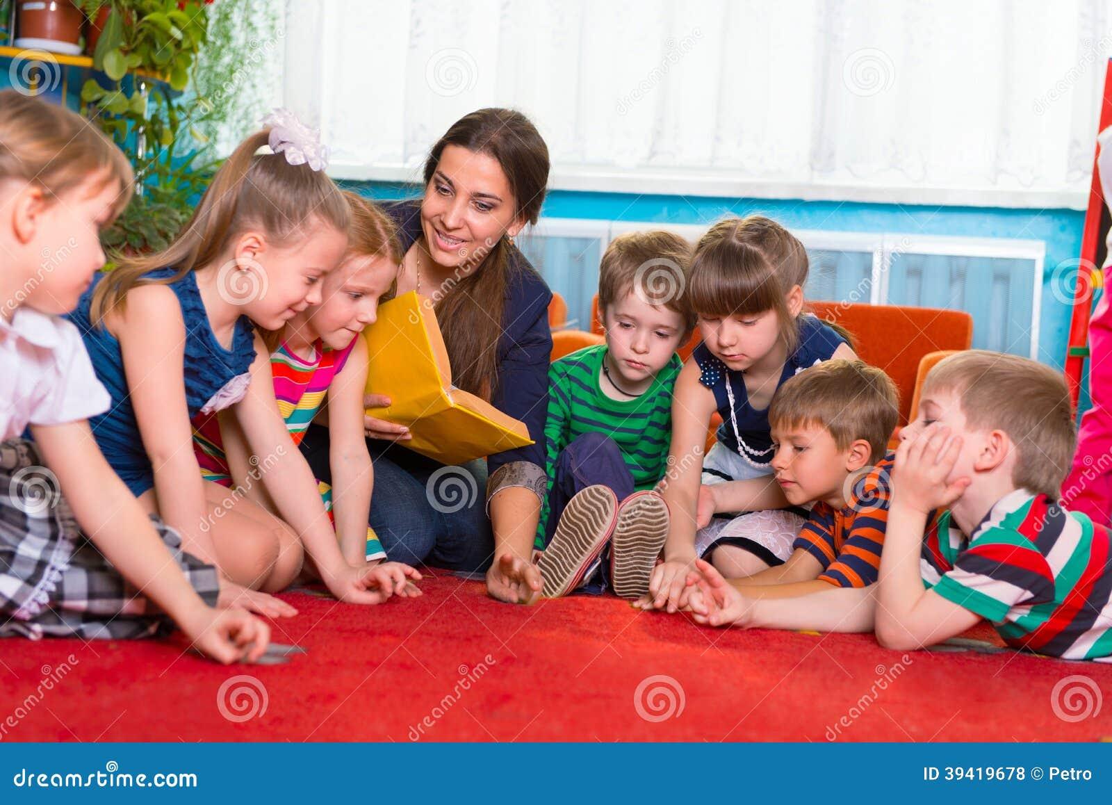 Läsa till barn på dagiset