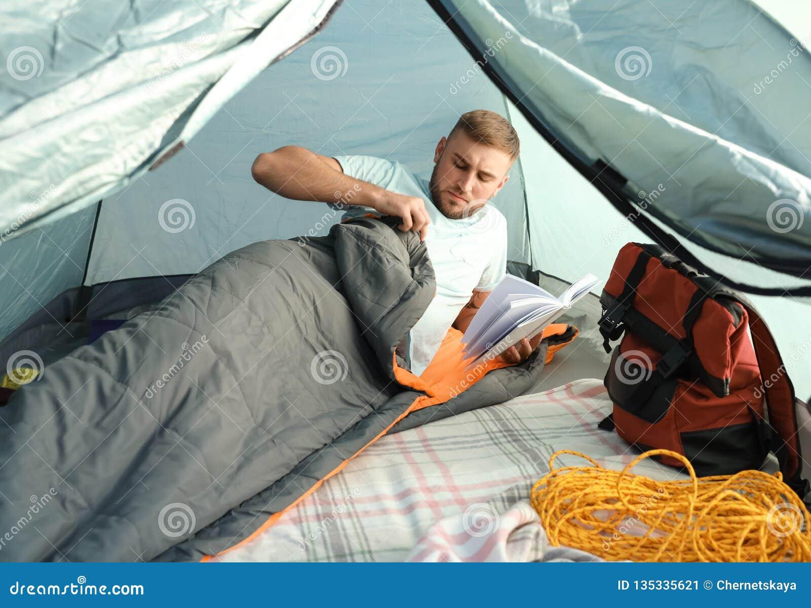 Läsebok för ung man i sovsäck
