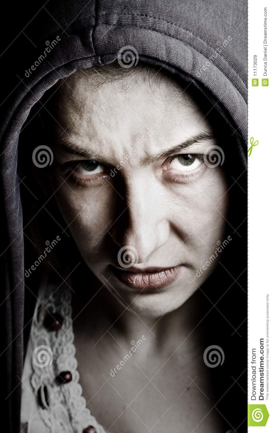 Läskig illavarslande spöklik kvinna för onda ögon