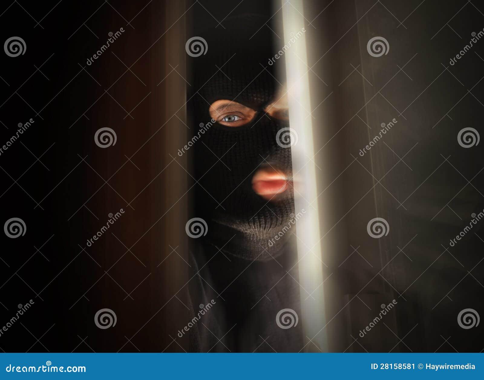 Läskig inbrottstjuv som bryter i hus