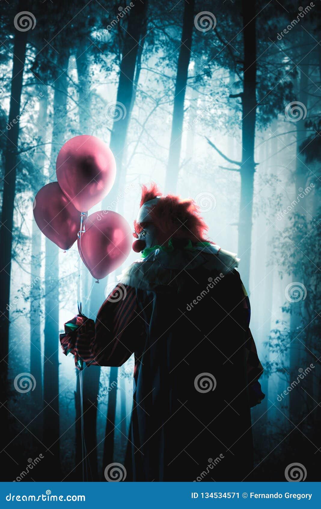 Läskiga clowner som rymmer ballonger i en skog