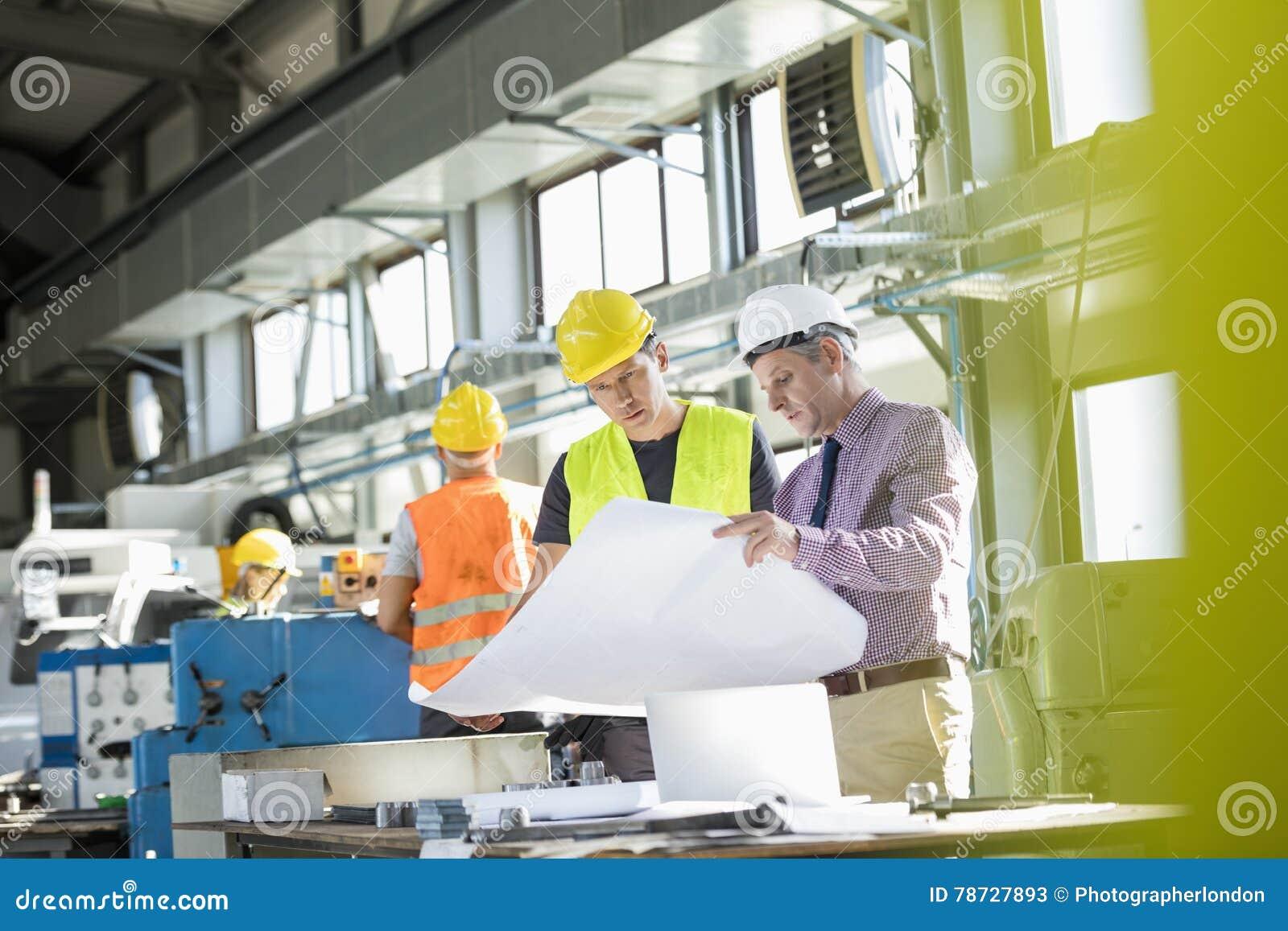 Läsning för arkitekten och för den manuella arbetaren gör en skiss av på tabellen i bransch