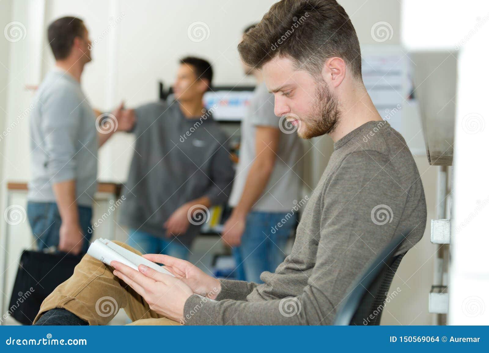 Läsning för ung man i väntande område