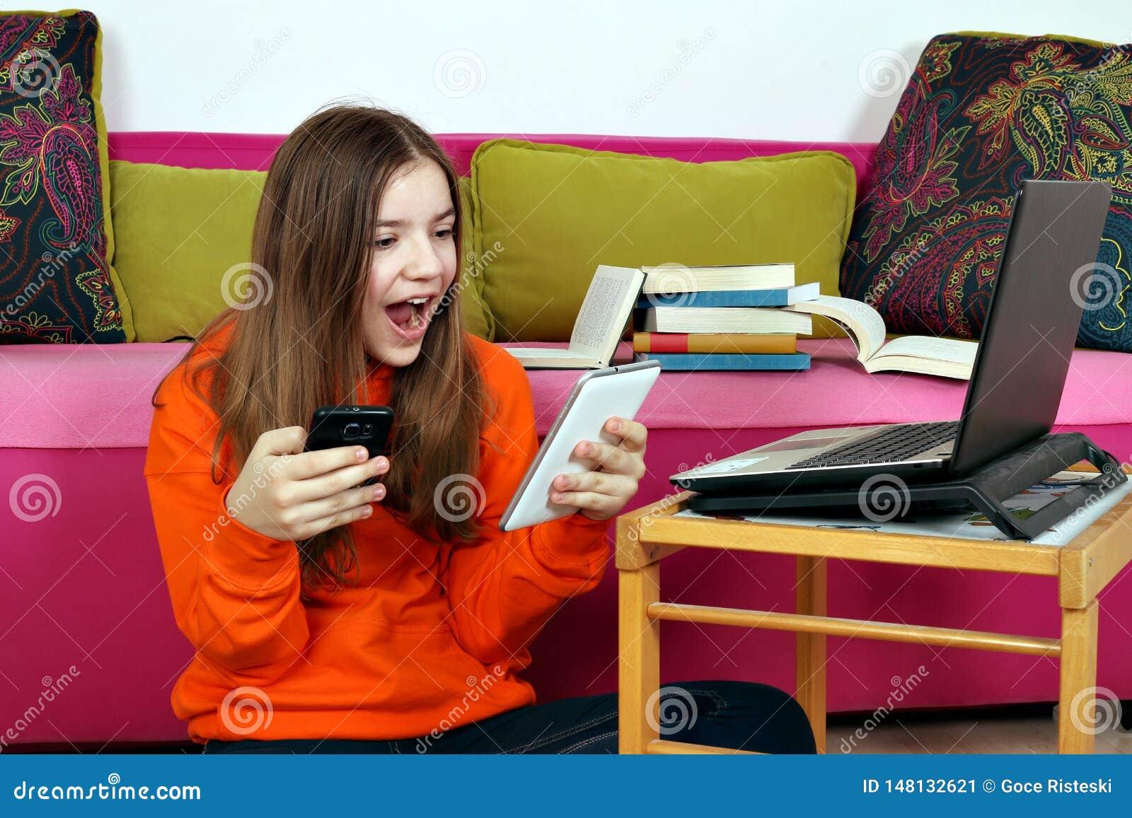 Läsninggoda nyheter för tonårs- flicka från meddelanden på smartphonen
