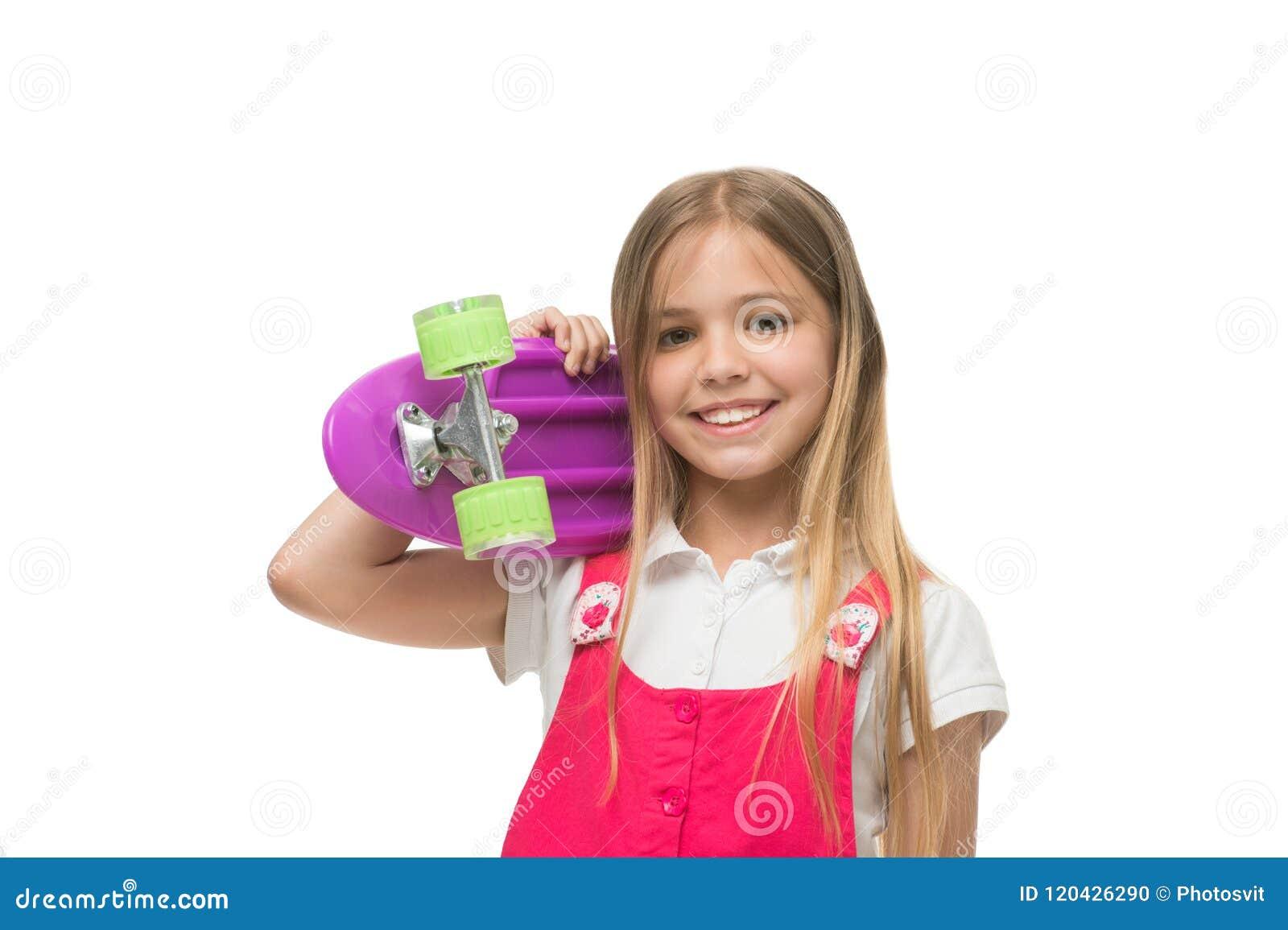 Lässt Fahrt Lächelndes Gesicht des Mädchens trägt Pennybrett auf Schulter lokalisiertem weißem Hintergrund Ursprünglich entworfen