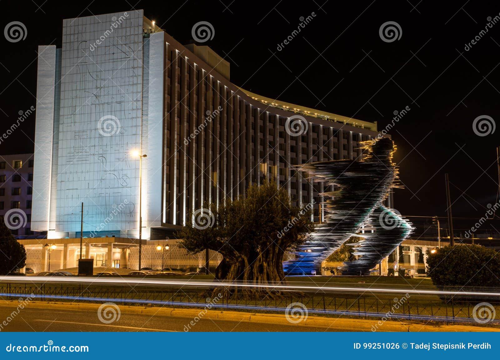 Läuferstatue in Athen nachts