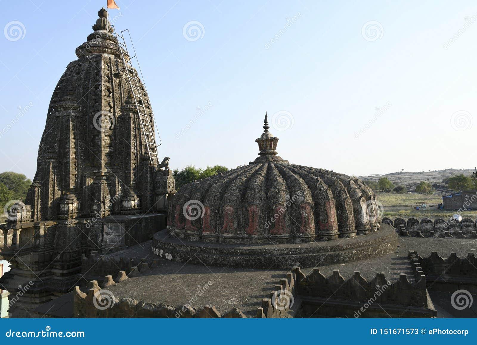 Låg höjdshikhara över mandapam och hög shikhara över Garbhagriha på den Vitthal templet, Palashi, Parner, Ahmednagar