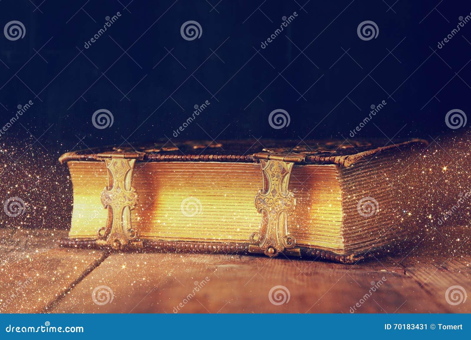 Låg nyckel- bild av den antika berättelseboken