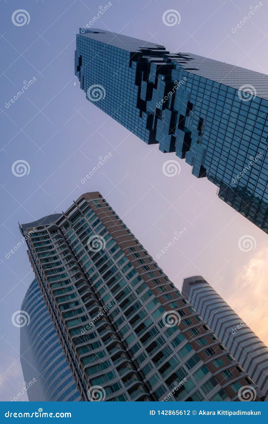 Låg vinkel av bostads- byggnad och kontorsbyggnader