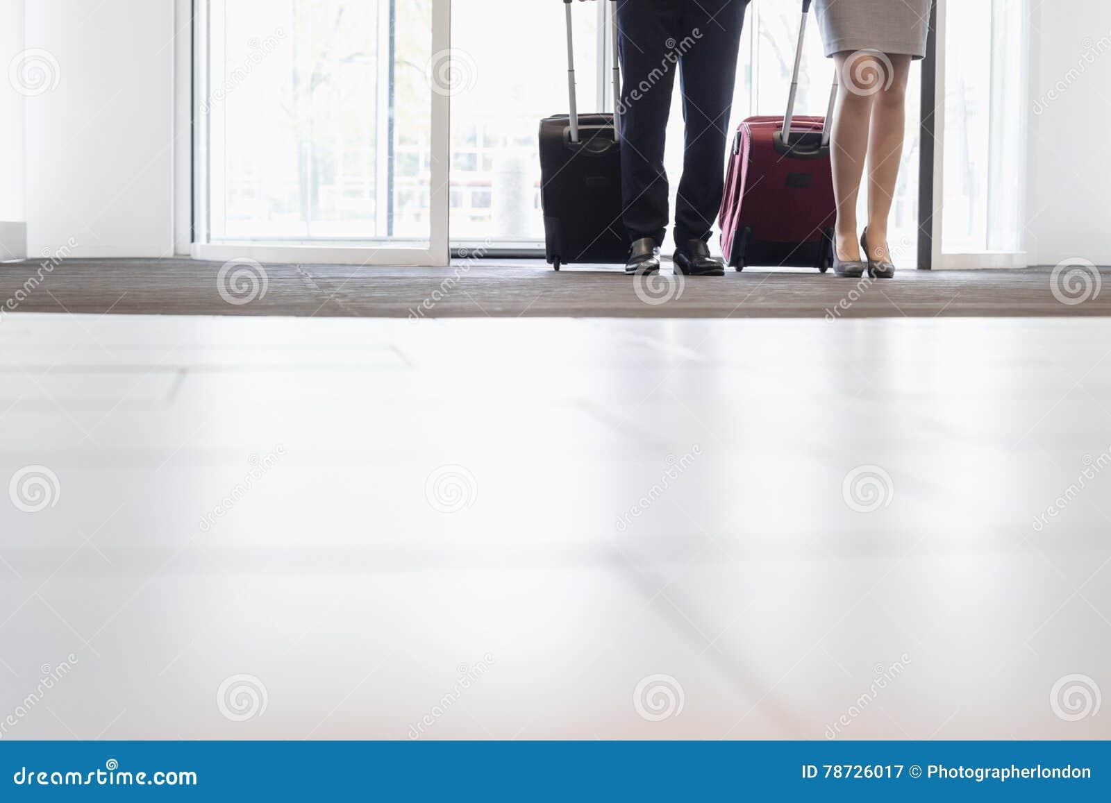 Lågt avsnitt av affärsfolk som står på dörröppningen i konventcentrum