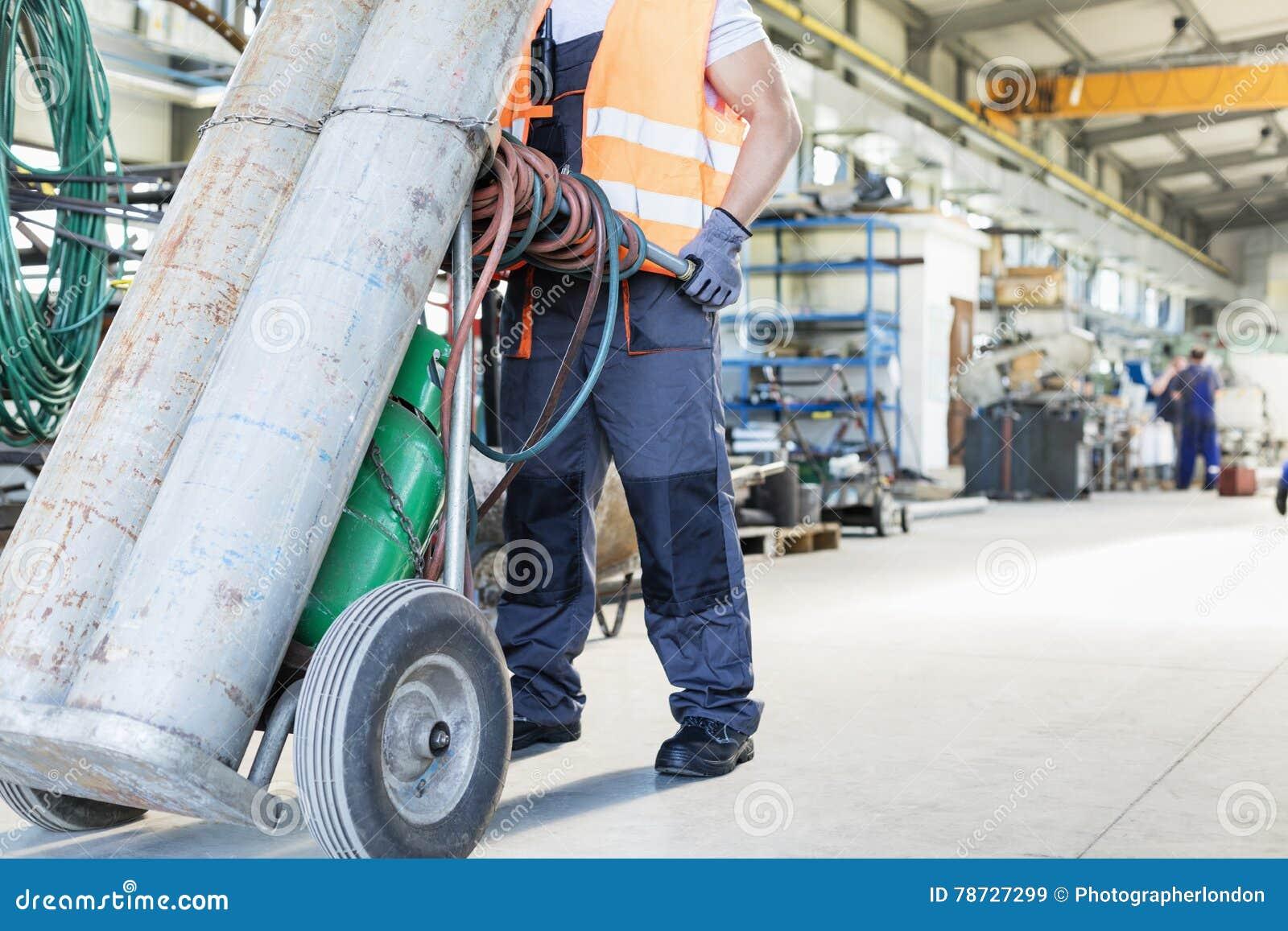 Lågt avsnitt av unga rörande gascylindrar för manuell arbetare i metallbransch