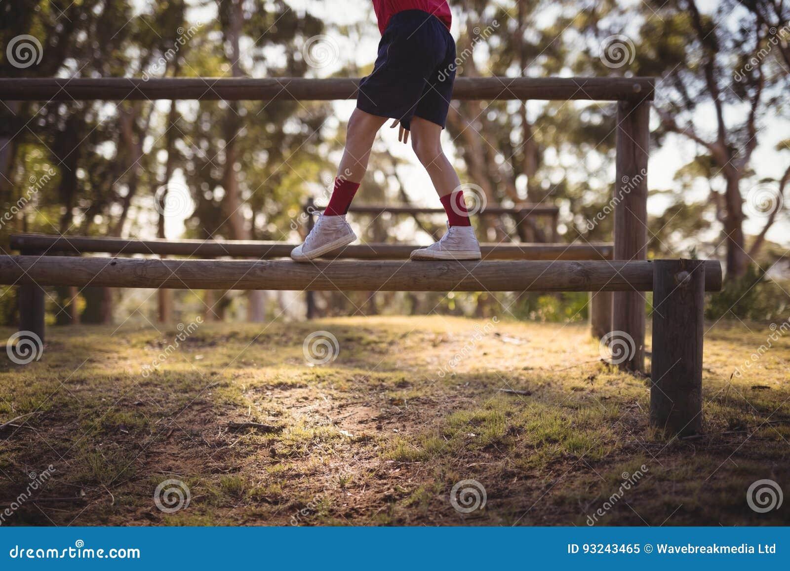 Lågt avsnitt av ungen som går på hinder under hinderkurs