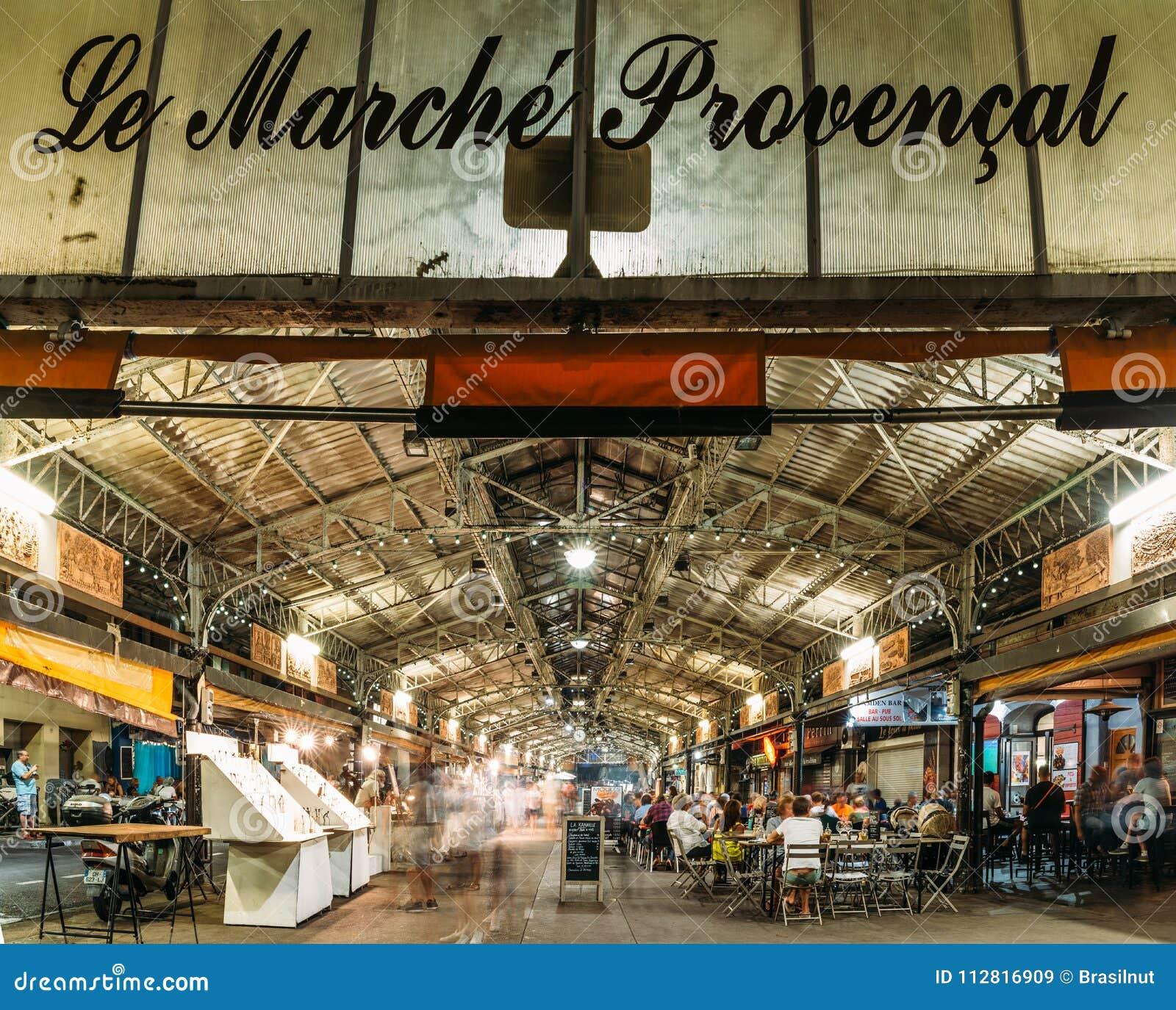 Lång exponering av den Provencal marknaden i Antibes, ` Azur, Frankrike för skjul D på natten