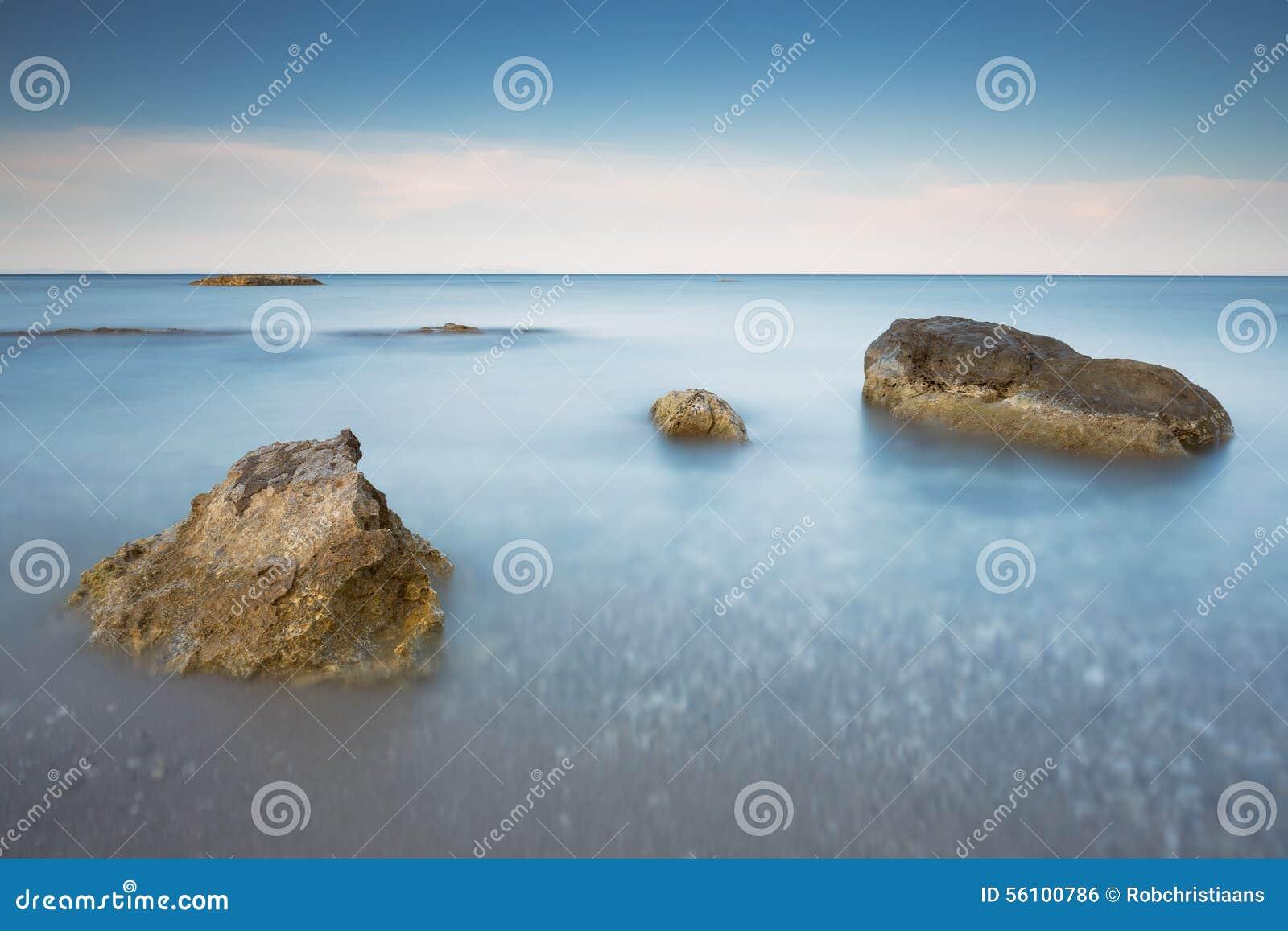Lång exponering av havet och vaggar på ön Kefalonia, Grekland