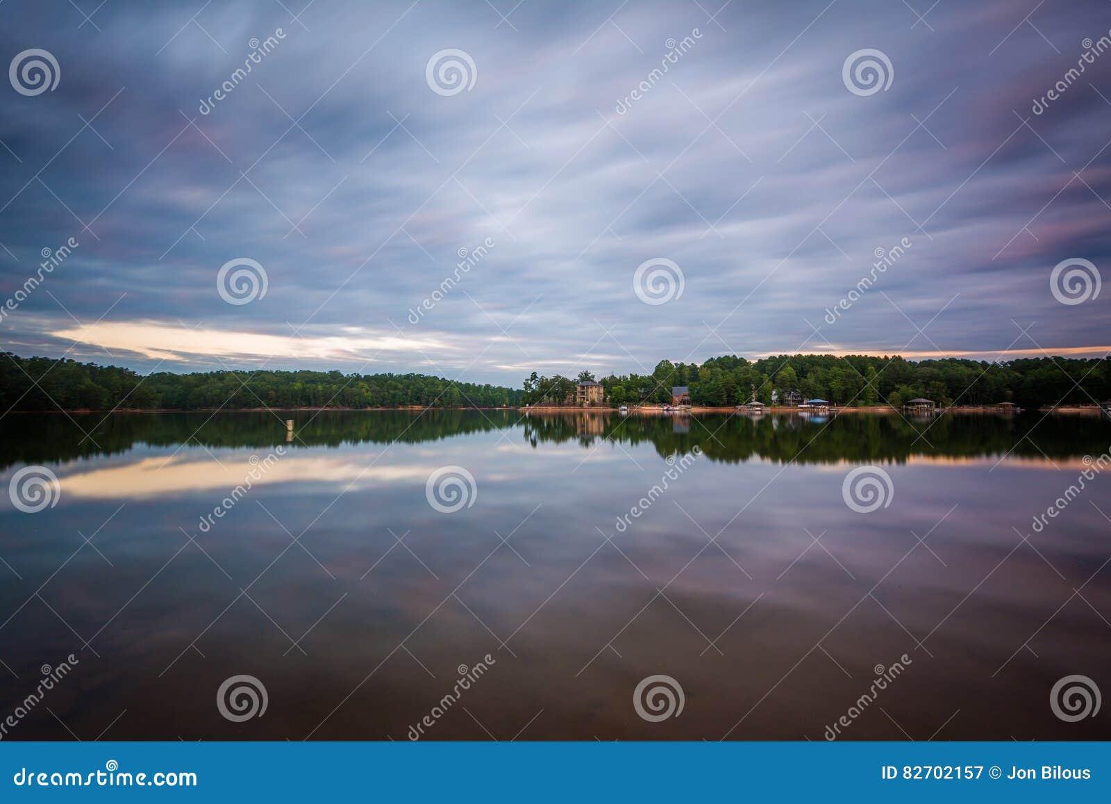 Lång exponering av sjönormanden på solnedgången, på sjön Norman State Par