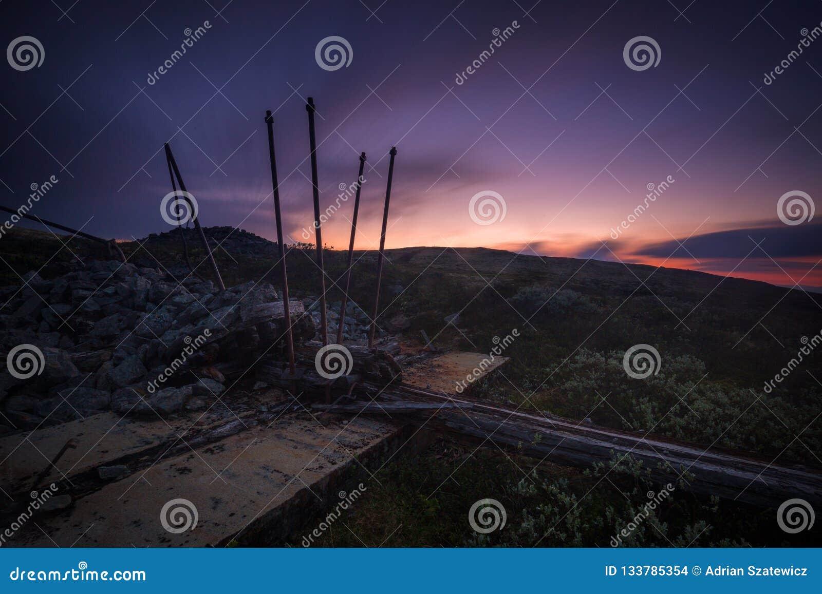 Lång exponering på natthimmel och landskap i område av Nordgruvefe