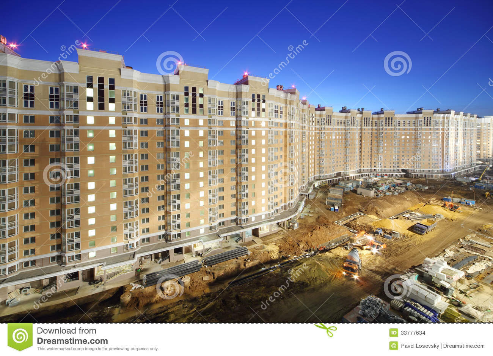 Lång hög mång--våning byggnad under konstruktion