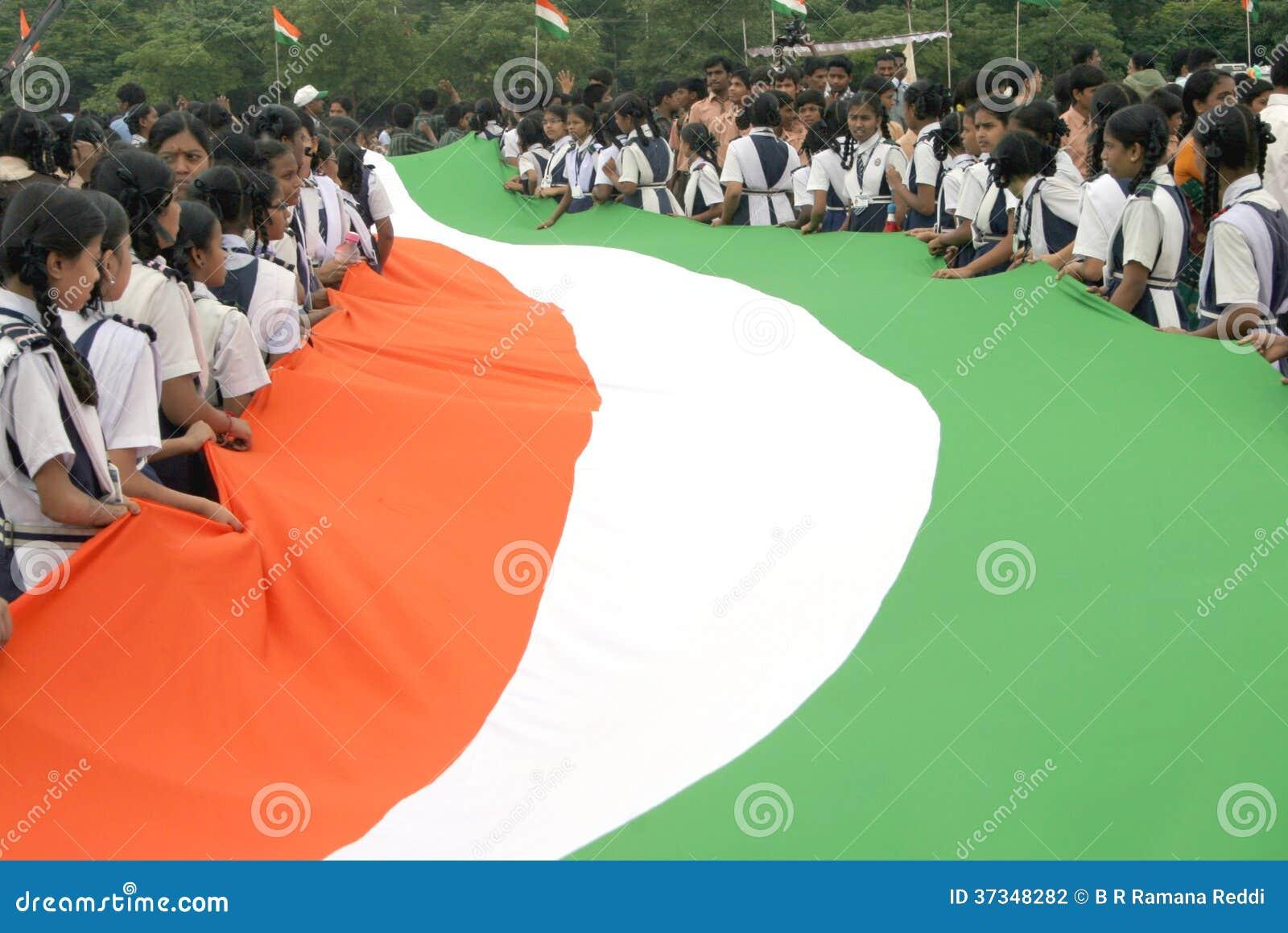 Lång indisk nationsflagga som bärs av skolbarn