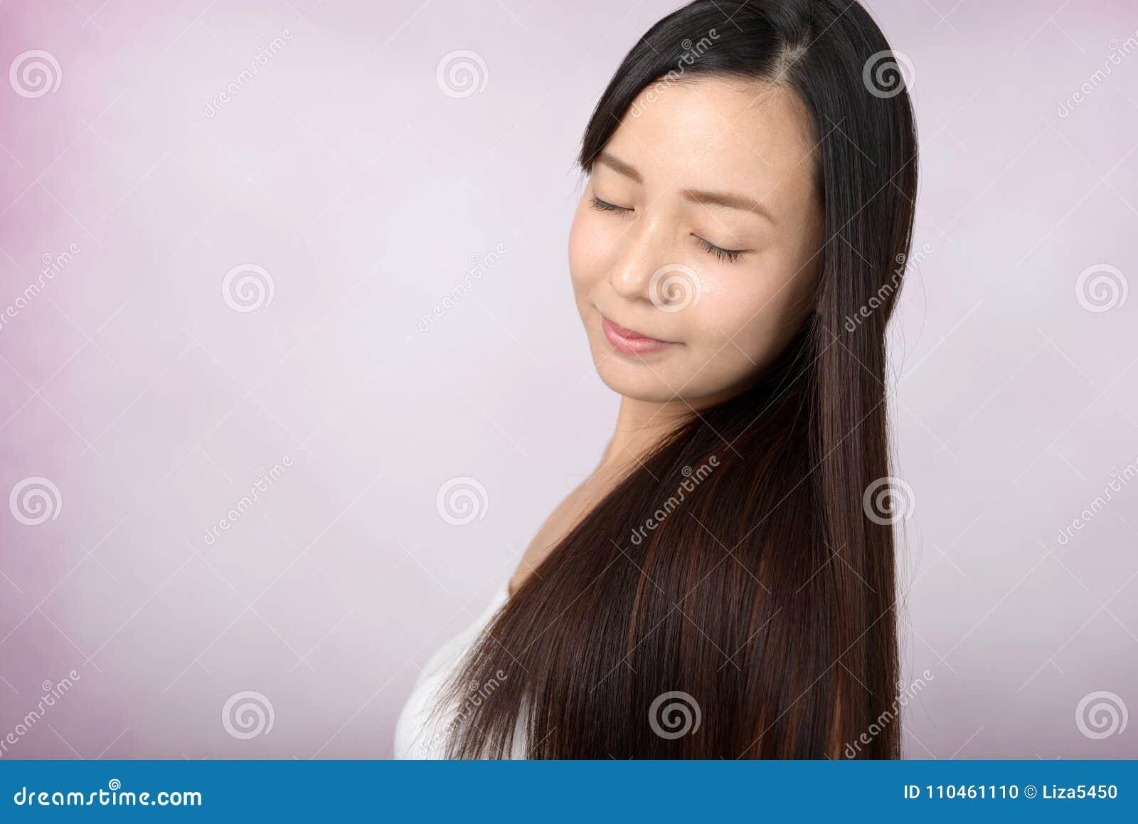 Lång kvinna för härligt hår