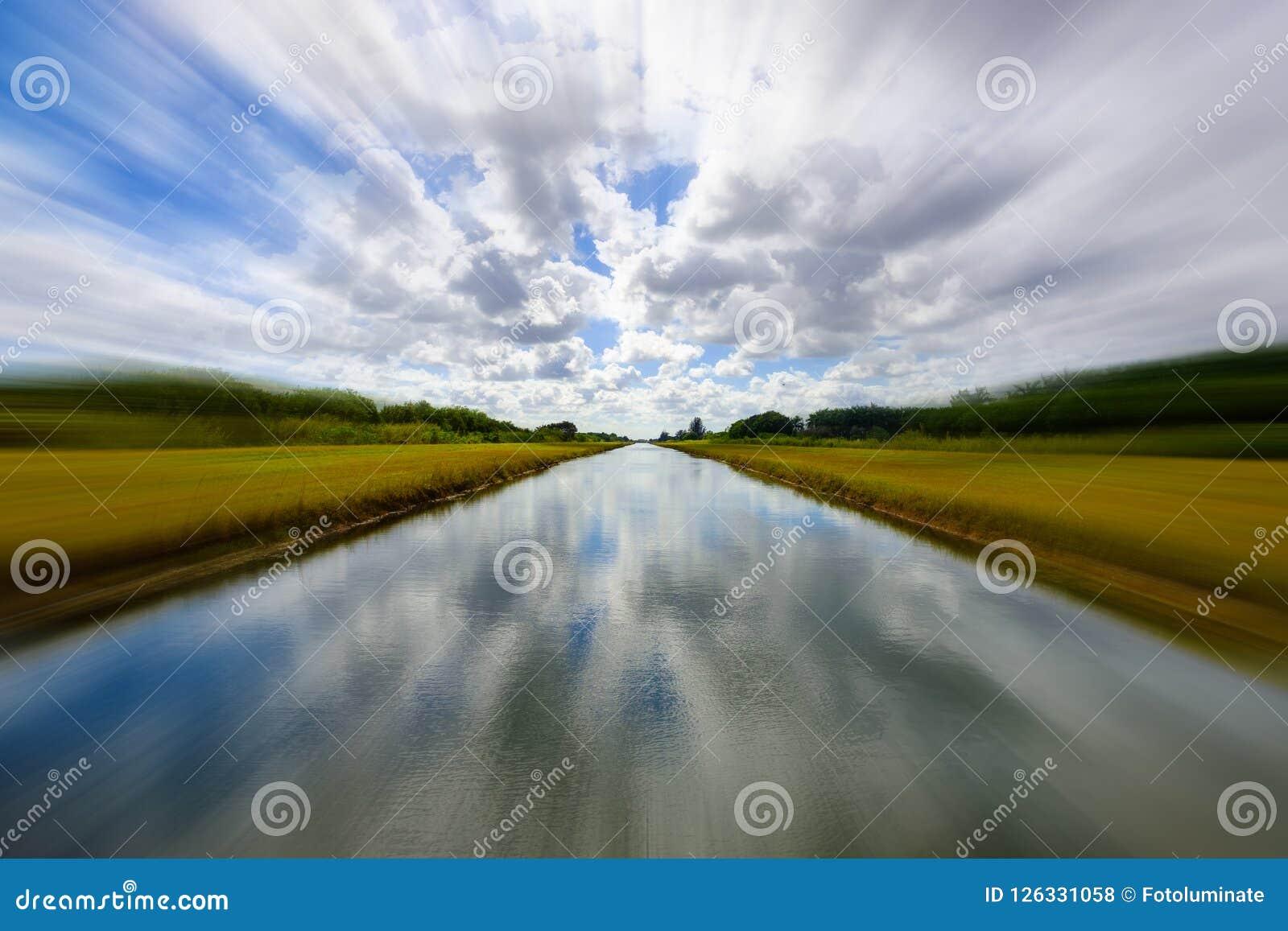 Lång lantlig kanal