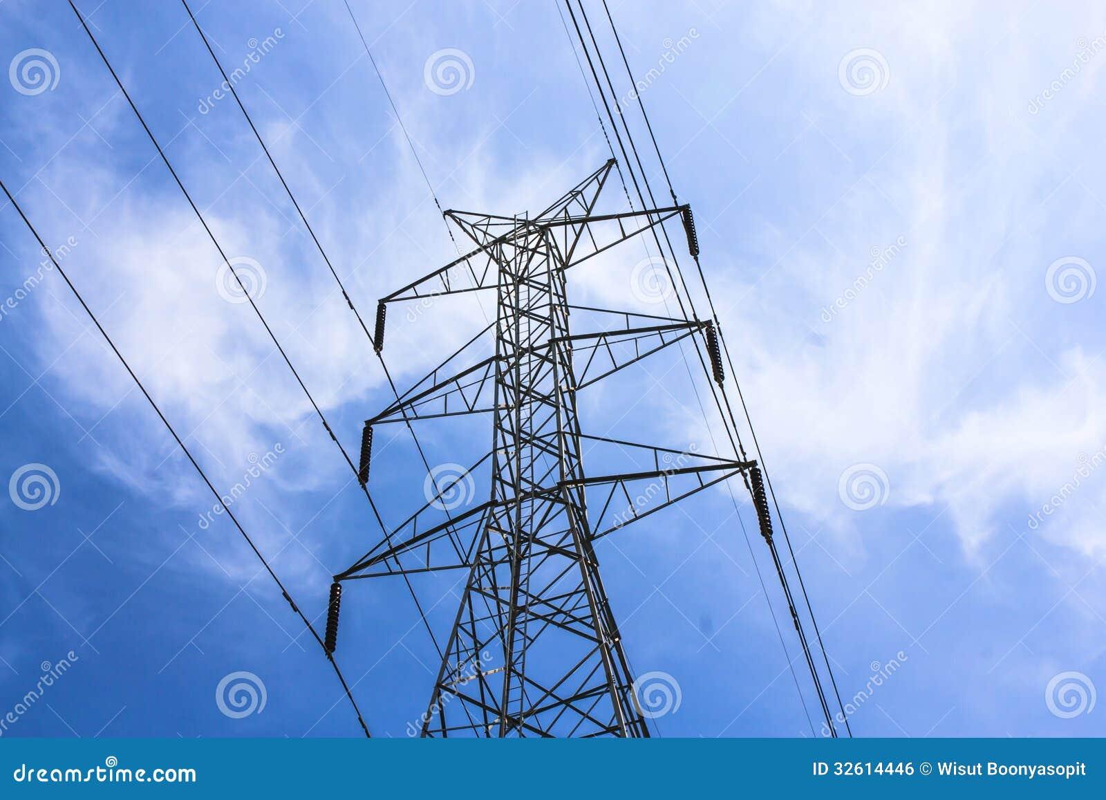 Lång rad av elektriska överföringstorn
