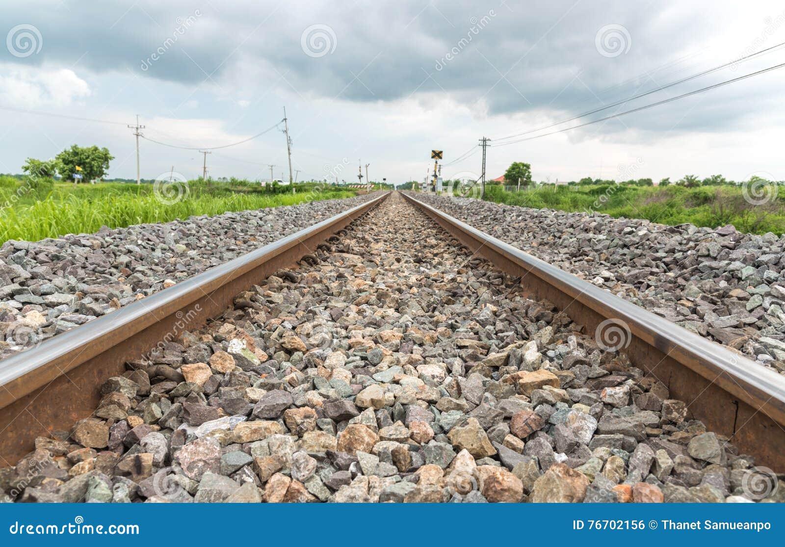 Lång rak järnväg på konkreta längsgående stödbjälke