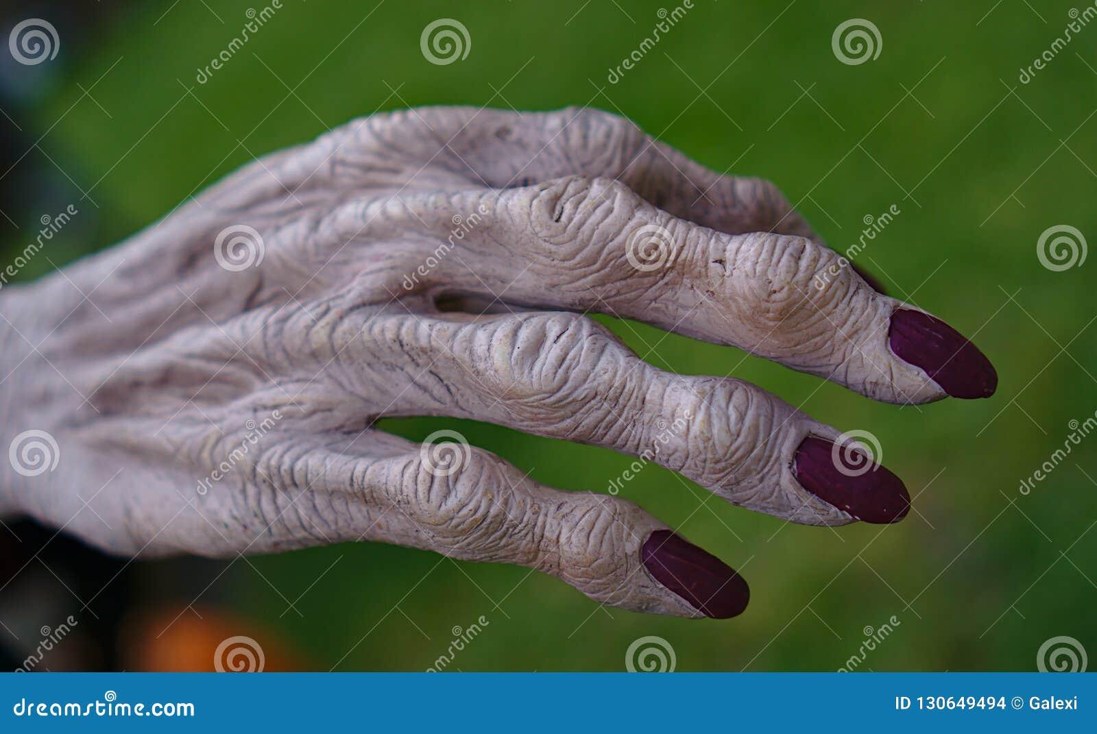 Långa fingernaglar i rött spikar polermedelfärg