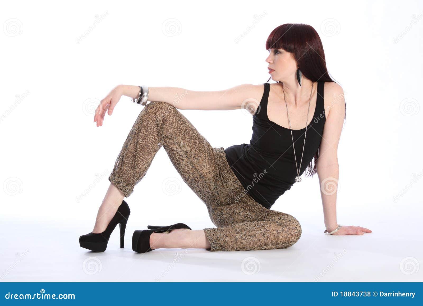 Långbent model sexig sitting för modegolv