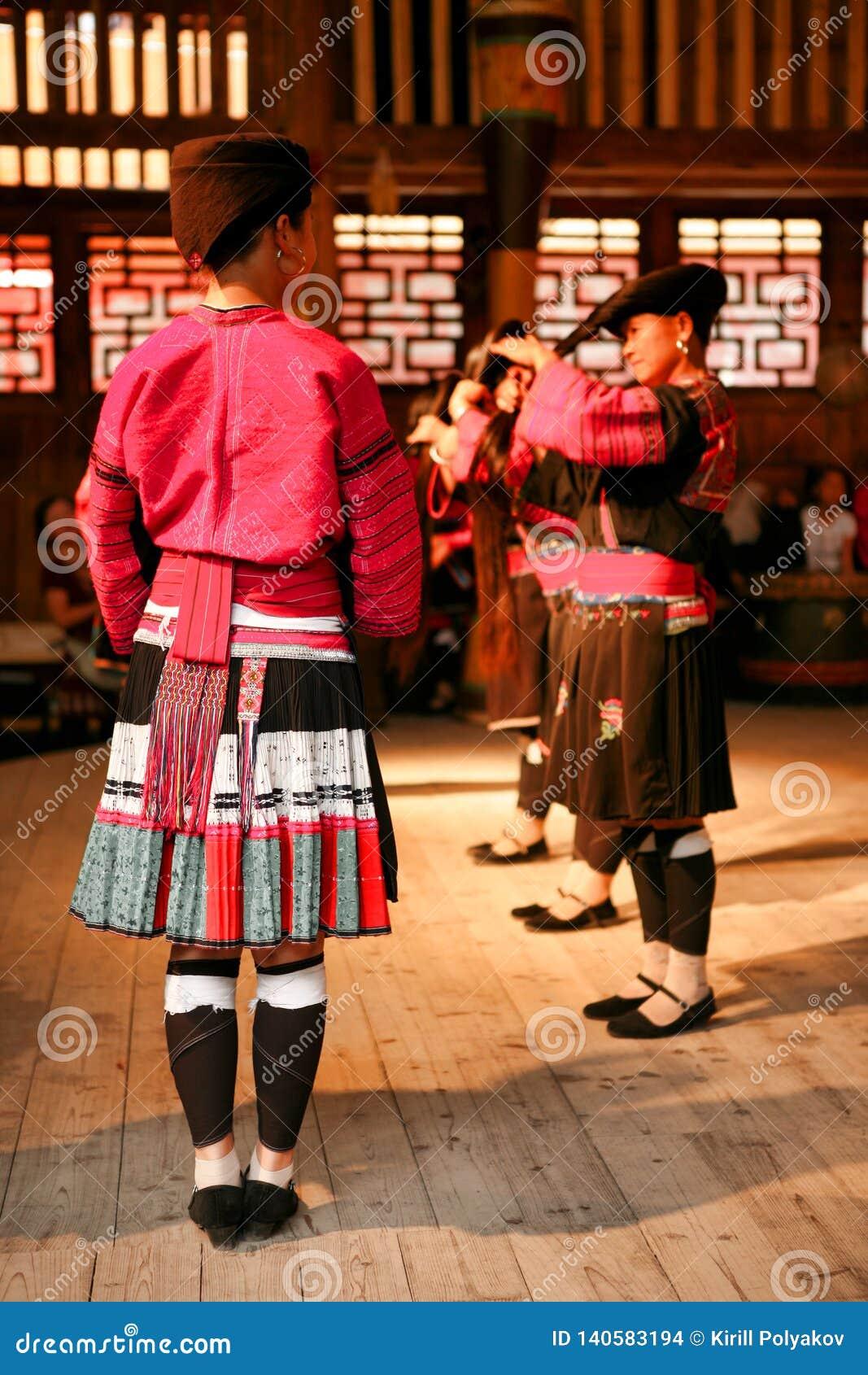 Långhåriga kvinnor av folket av den Yao dansen i en show för turister