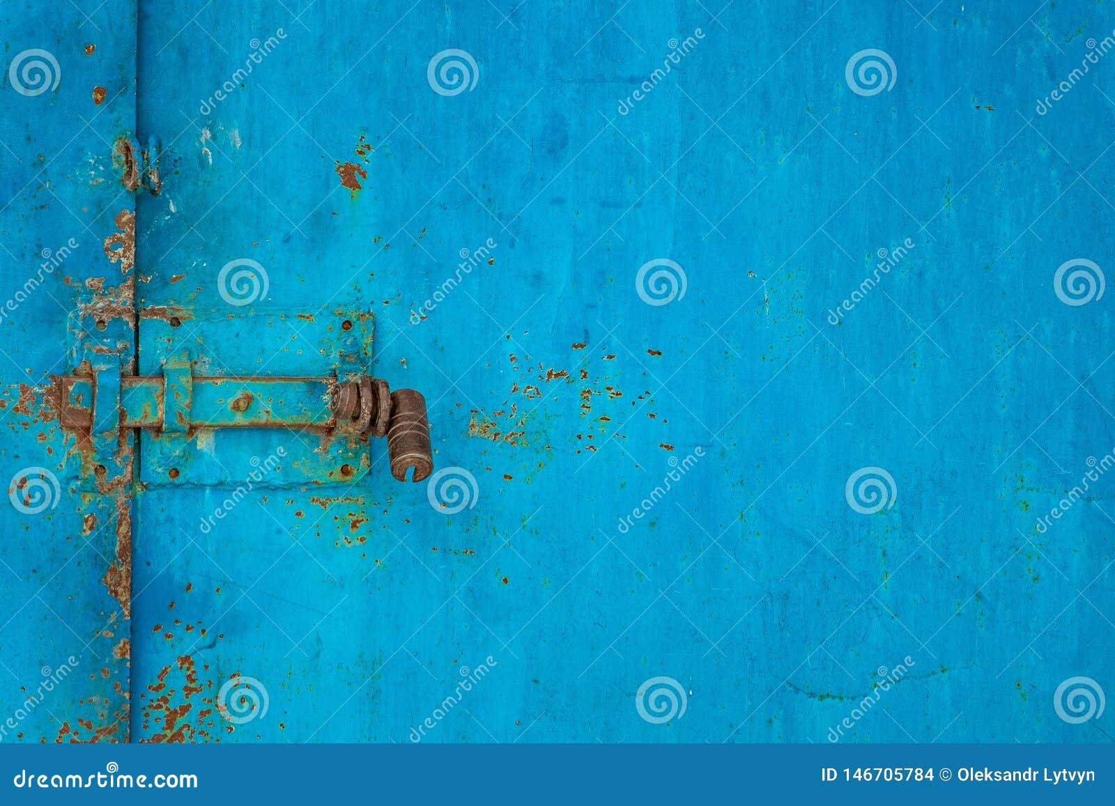 Lås på den blåa gamla järnporten