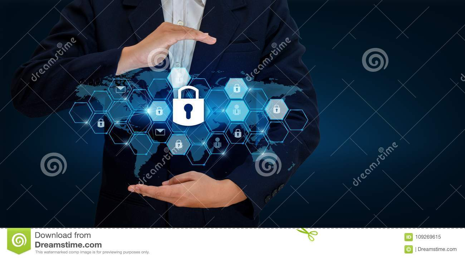 Låsa i händerna av en affärsman Shield skölden som skyddar cyberspacet Internet Co för affär för säkerhet för utrymmeingångsdatad